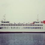 直島から船が到着して、また町から人が乗って直島に帰っていきます。