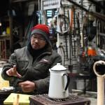 灯台ブローチを制作している、鉄のアーティスト 槇塚登さん