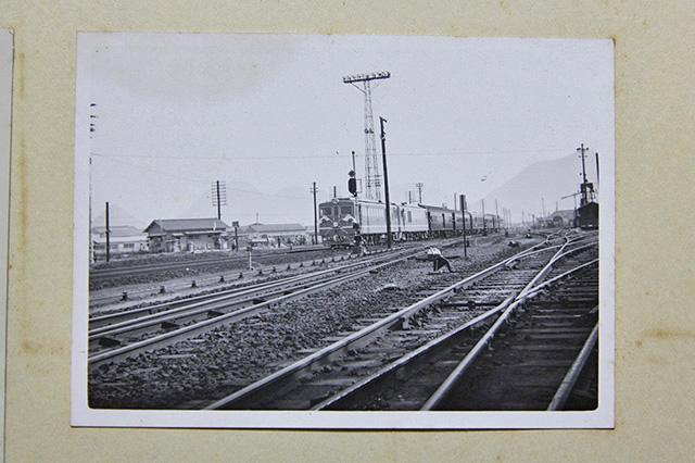 お召し列車の写真。後ろにはうっすら天霧山が見えます。展望所からは瀬戸内海が一望できるんだとか
