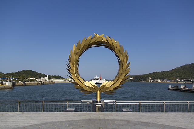 土庄港には、チェ・ジョンファさんの作品「太陽の贈り物」が。