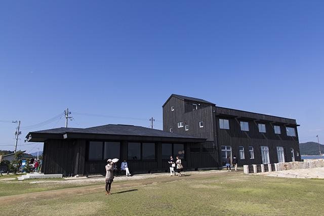 犬島港にある「犬島チケットセンター」。ストアやカフェもあります。