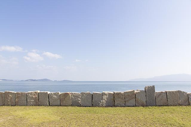 穏やかな瀬戸内海。右に見えるのは小豆島かな?