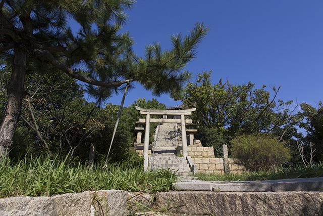 島に着いたらまずは山神社へお参りを。階段を上ると絶景です。